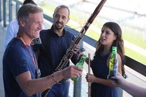 David Coulthard se reúne con los artistas sobre un Heineken 0.0