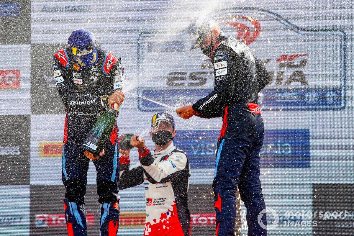 Podio: ganadores Ott Tänak, Martin Järveoja, Hyundai Motorsport, Sébastien Ogier, Toyota Gazoo Racing