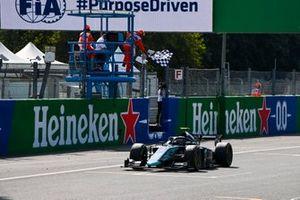 Победитель гонки Даниэль Тиктум, DAMS, пересекает линию финиша