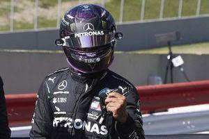 Lewis Hamilton, Mercedes-AMG F1, festeggia sulla griglia