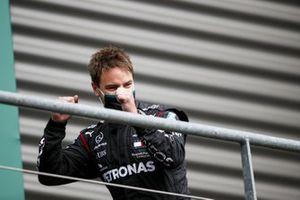 El representante de Mercedes-AMG F1 celebra en el podio
