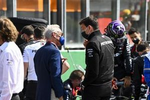 Greg Maffei, Liberty Media, talks with Toto Wolff, Executive Director (Business), Mercedes AMG, on the grid