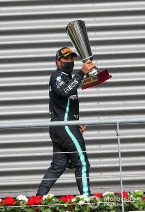 Lewis Hamilton, Mercedes-AMG F1, 1° posto, con il suo trofeo