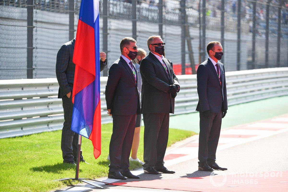 Dmitry Kozak y otros dignatarios en la parrilla