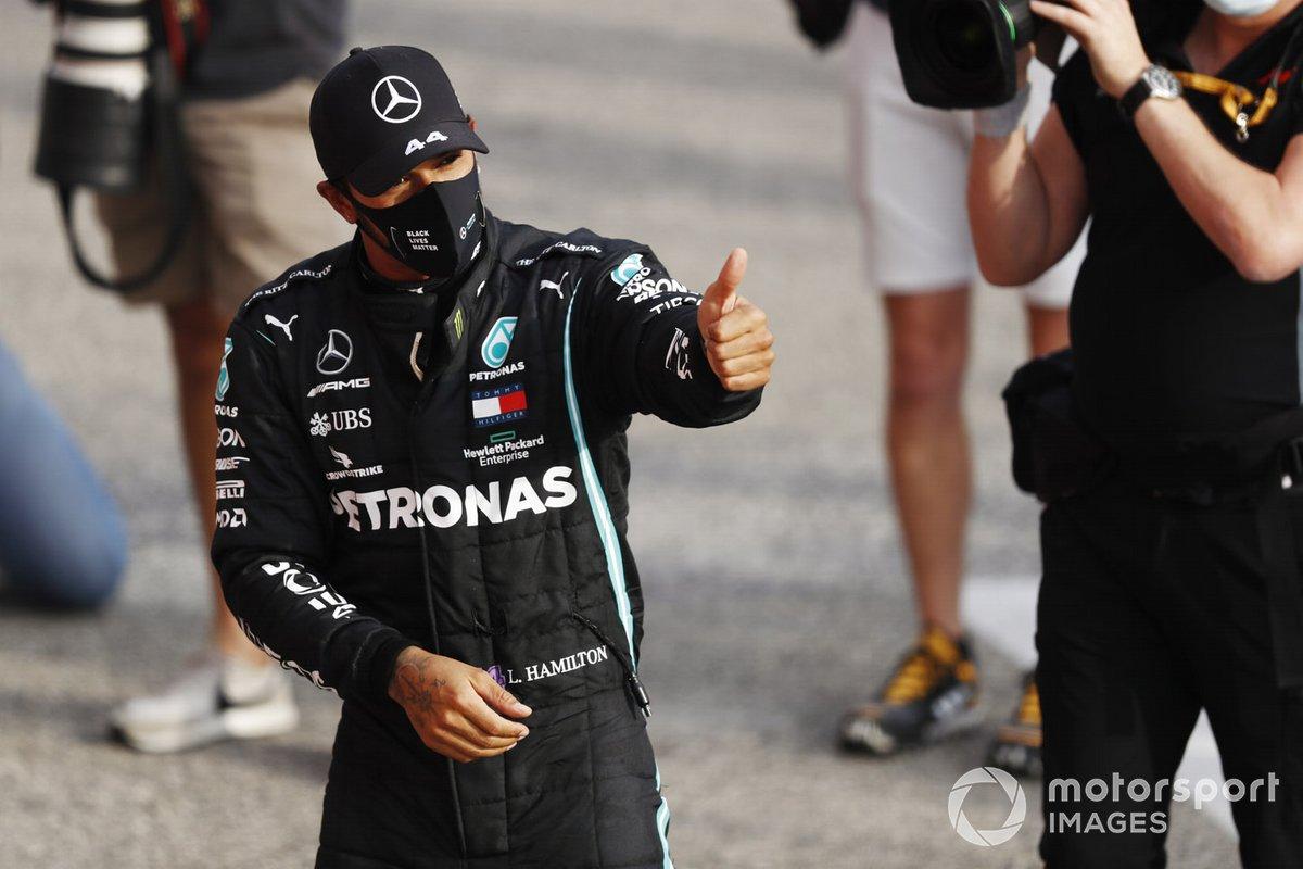Lewis Hamilton, Mercedes-AMG F1, primo classificato, in posa Parc Ferme
