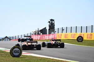 Nicholas Latifi, Williams FW43, Max Verstappen, Red Bull Racing RB16, en Carlos Sainz Jr., McLaren MCL35