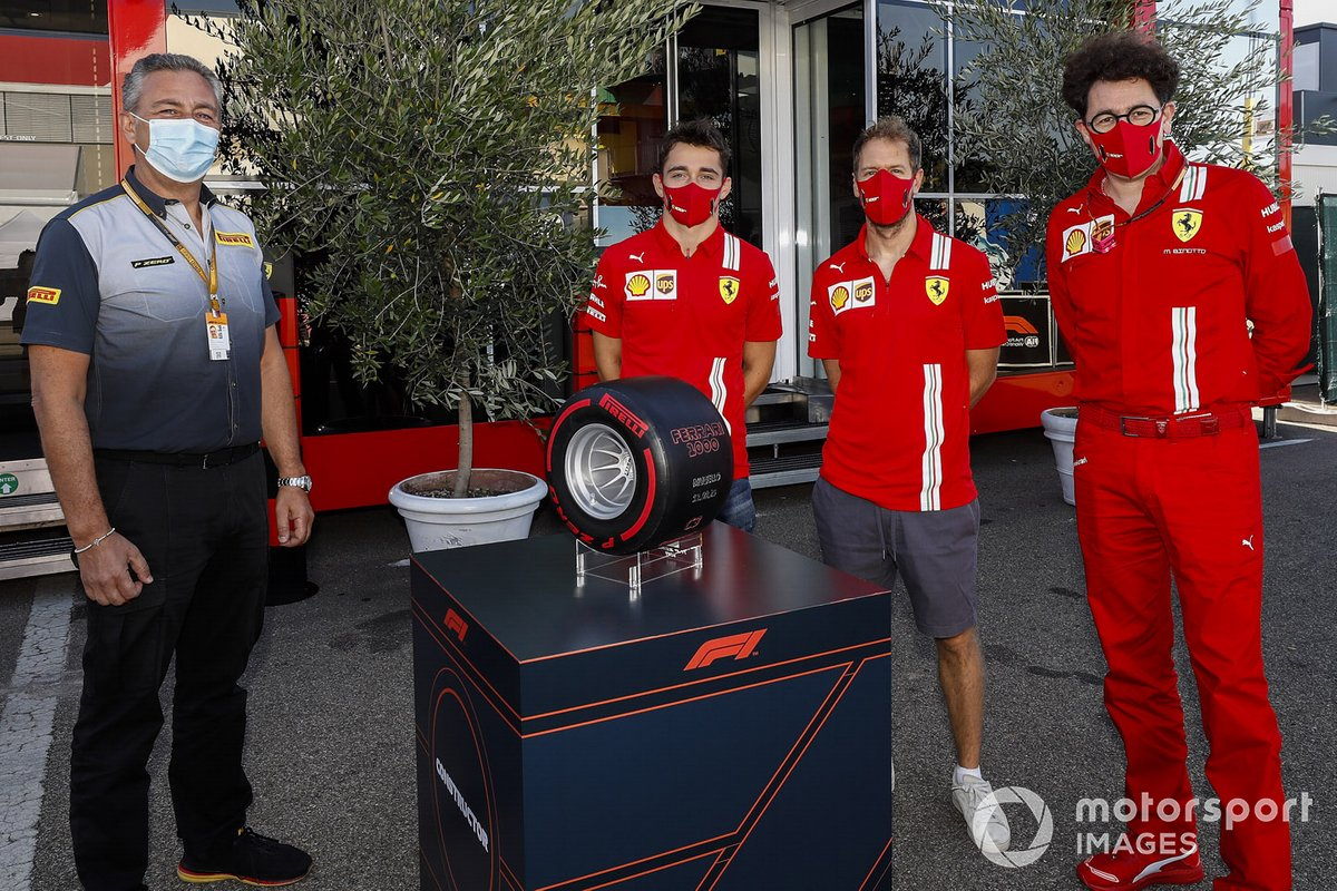 Mario Isola, Racing Manager, Pirelli Motorsport con Charles Leclerc, Ferrari, Sebastian Vettel, Ferrari y Mattia Binotto, Team Principal Ferrari con el Pirelli Pole Postion Award por las 1000 carreras de Ferrari