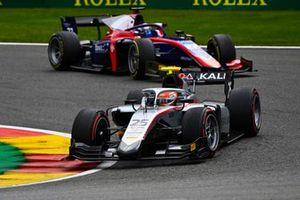 Luca Ghiotto, Hitech Grand Prix, precede Roy Nissany, Trident
