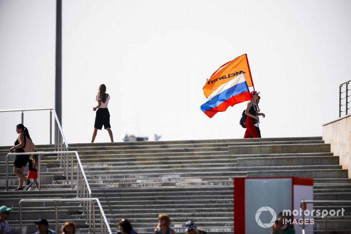 Alcuni tifosi con la bandiera della McLaren e della Russia