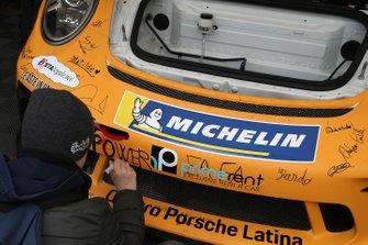 Un bambino lascia un messaggio sulla Porsche di Enrico Fulgenzi, Tsunami RT
