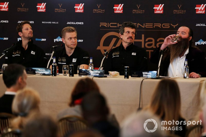 Romain Grosjean, Haas F1 Team, Kevin Magnussen, Haas F1 Team, Guenther Steiner, Team Principal, Haas F1, William Storey, CEO Rich Energy, durante la conferenza stampa