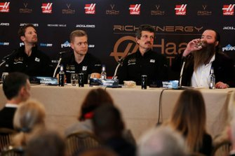 Romain Grosjean, Haas F1 Team, Kevin Magnussen, Haas F1 Team, Günther Steiner, Team Principal, Haas F1, William Storey, PDG Rich Energy lors de la conférence de presse