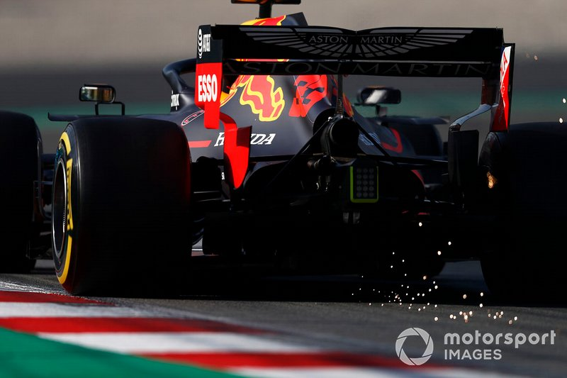 Max Verstappen, Red Bull Racing RB15, solleva scintille