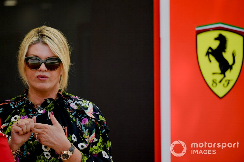 Corinna Schumacher fuera del hospitality de Ferrari