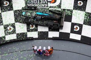 #10 Wayne Taylor Racing Cadillac DPi: Renger Van Der Zande, Jordan Taylor, Fernando Alonso, Kamui Kobayashi, fêtent leur victoire