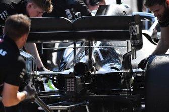 Mercedes monteurs met de wagen van Valtteri Bottas, Mercedes AMG W10