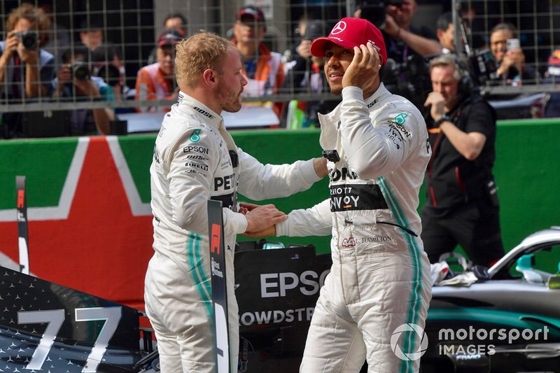 Il poleman Valtteri Bottas, Mercedes AMG F1, e Lewis Hamilton, Mercedes AMG F1, si congratulano a vicenda