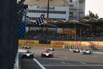 Lucas Di Grassi, Audi Sport ABT Schaeffler, Audi e-tron FE05, wins the race from Pascal Wehrlein, Mahindra Racing, M5 Electro