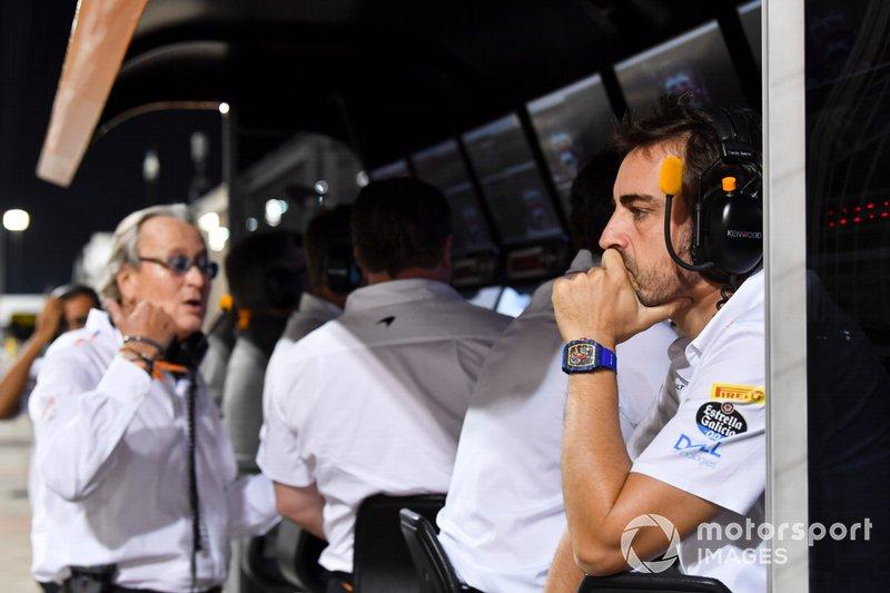 Fernando Alonso en el muro de McLaren