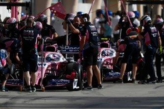 Sergio Perez, Racing Point RP19, et Lance Stroll, Racing Point RP19, dans la voie des stands