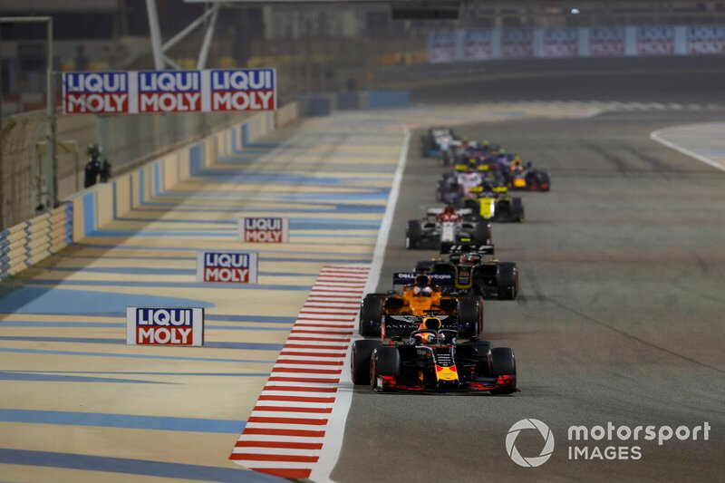 Max Verstappen, Red Bull Racing RB15, precede Carlos Sainz Jr., McLaren MCL34, Kevin Magnussen, Haas F1 Team VF-19, e Kimi Raikkonen, Alfa Romeo Racing C38