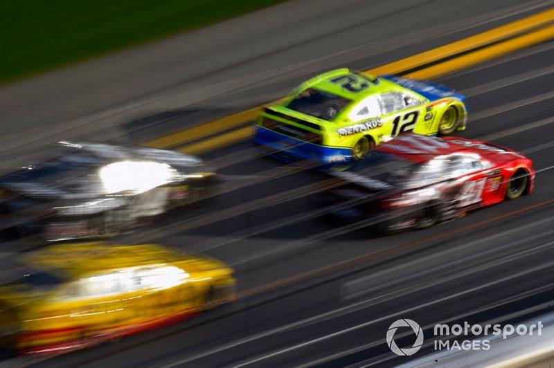 Ryan Blaney, Team Penske, Ford Mustang Menards/Peak y Daniel Suarez, Stewart-Haas Racing, Ford Mustang Haas Automation