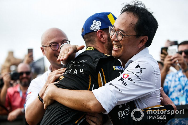 Jean-Eric Vergne, DS TECHEETAH, hug team representatives