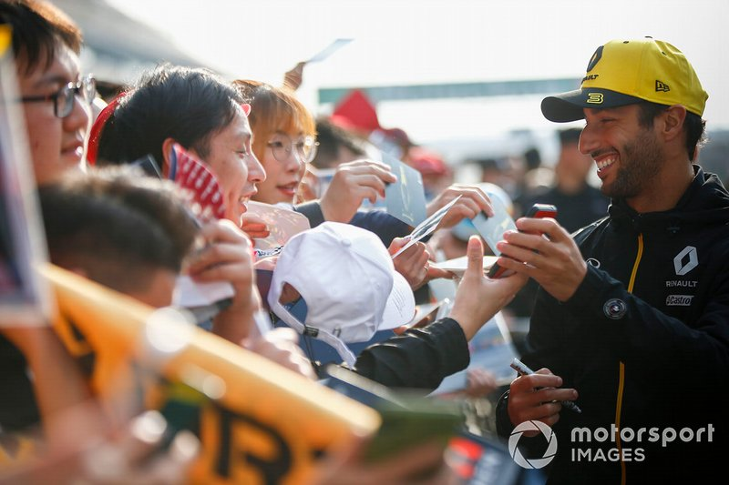 Daniel Ricciardo, Renault F1 Team signs an autograph for a fan