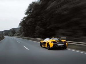 McLaren in livrea RaceCoin, retrotreno