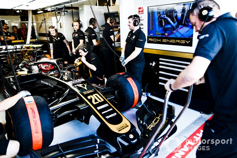 Kevin Magnussen, Haas F1 Team VF-19, dans son stand