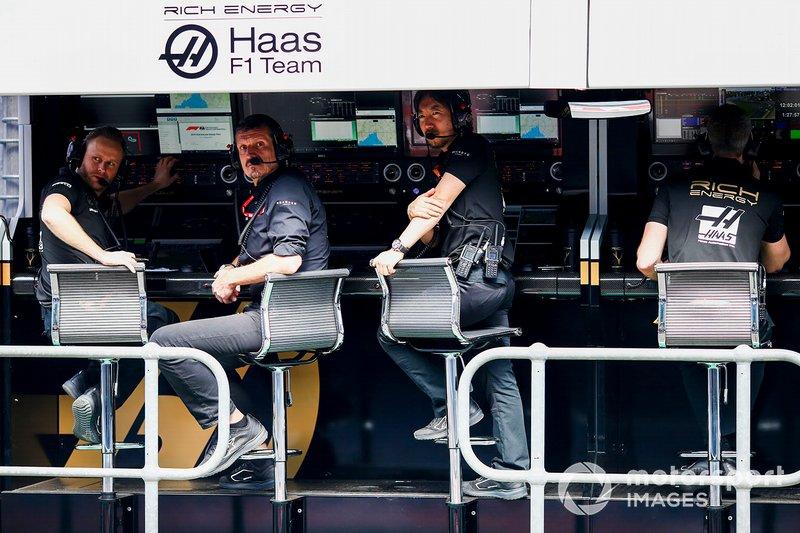 Guenther Steiner, Team Principal, Haas F1, Ayao Komatsu, Chief Race Engineer, Haas F1