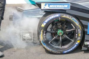 dry ice from the rear of the car of Stoffel Vandoorne, HWA Racelab VFE-05