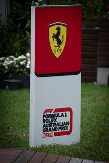 Cartel de Ferrari en el paddock