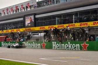 Lewis Hamilton, Mercedes AMG F1 W10, vainqueur, passe devant le muret des stands