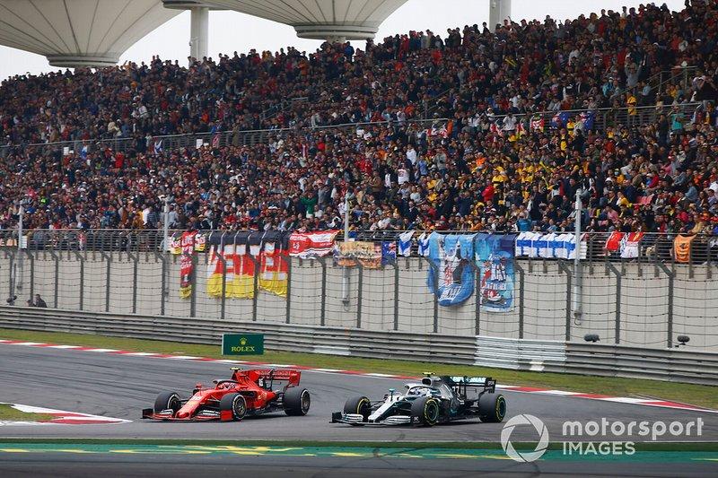 Valtteri Bottas, Mercedes AMG W10, lucha con Charles Leclerc, Ferrari SF90