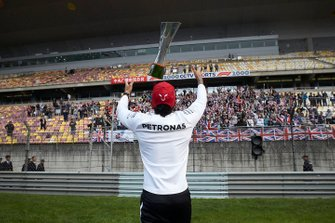 Race winner Lewis Hamilton, Mercedes AMG F1 with his trophy and fans