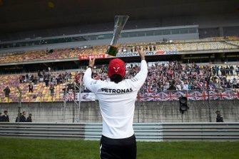 Lewis Hamilton fête sa victoire avec les fans