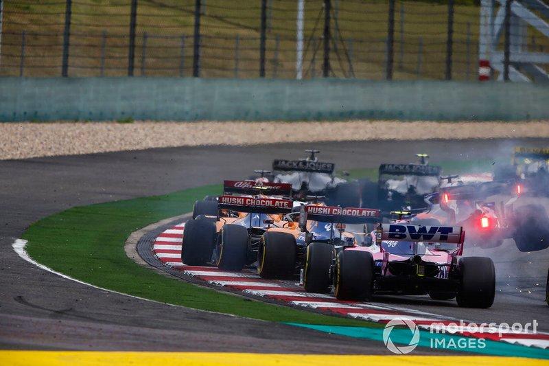 Daniil Kvyat, Toro Rosso STR14, menabrak Carlos Sainz Jr., McLaren MCL34, dan Lando Norris, McLaren MCL34