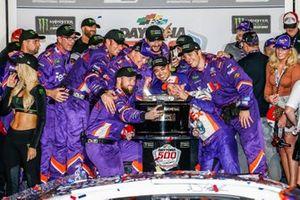 Denny Hamlin, Joe Gibbs Racing, Toyota Camry FedEx Express in victory lane