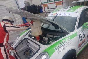 Meccanico al lavoro sulla Porsche di Niccolò Mercatali, Malucelli