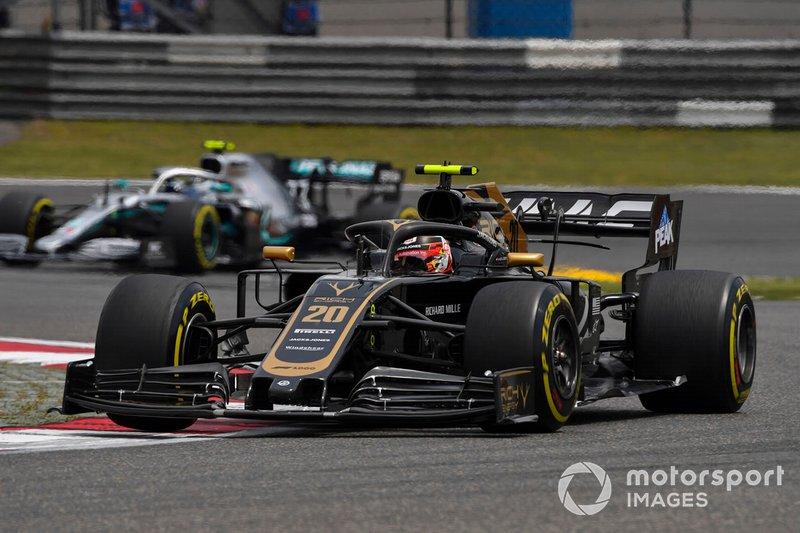 Kevin Magnussen, Haas F1 Team VF-19, leads Valtteri Bottas, Mercedes AMG W10