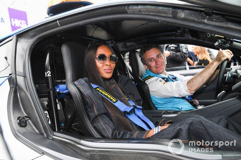 Наоми Кэмпбелл и Алехандро Агаг, генеральный директор Формулы Е, в автомобиле безопасности BMW i8