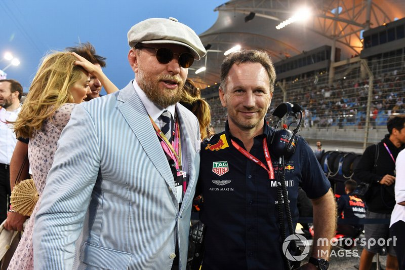 El director Guy Ritchie en la parrilla con Christian Horner, director del equipo Red Bull Racing
