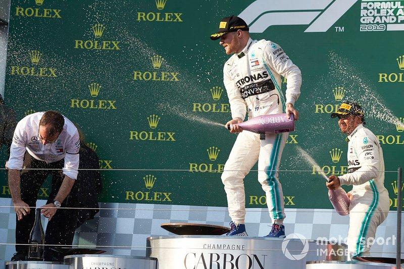 Valtteri Bottas, Mercedes AMG F1, vincitore, e Lewis Hamilton, Mercedes AMG F1, secondo, spruzzano champagne sul podio