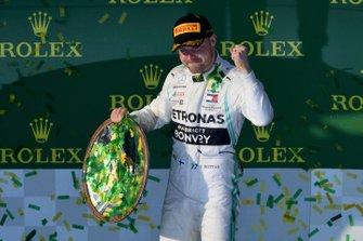 Le vainqueur Valtteri Bottas, Mercedes AMG F1, avec son trophée