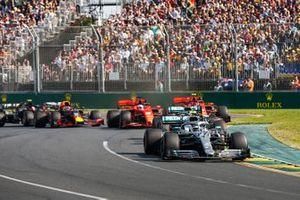 Valtteri Bottas, Mercedes AMG W10 aan de leiding bij de start