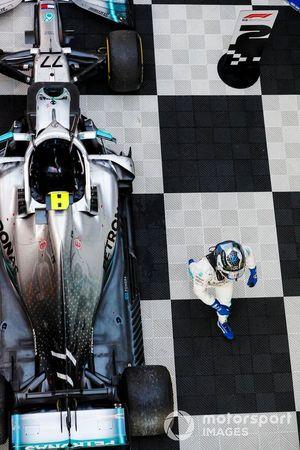 Le vainqueur Valtteri Bottas, Mercedes AMG W10 dans le Parc Fermé