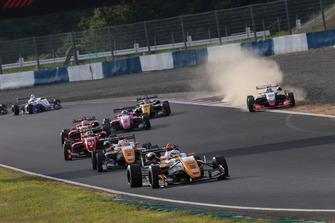 坪井翔(カローラ中京 Kuo TEAM TOM'S)が隊列を引っ張る。笹原右京(ThreeBond Racing)が後方でコースオフ