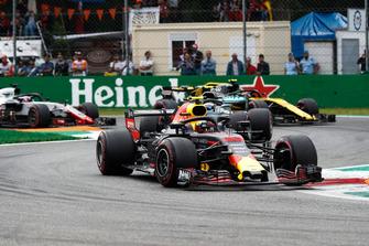 Max Verstappen, Red Bull Racing RB14, voor Valtteri Bottas, Mercedes AMG F1 W09, Carlos Sainz Jr., Renault Sport F1 Team R.S. 18, en Romain Grosjean, Haas F1 Team VF-18