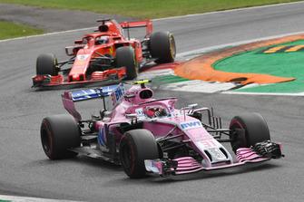 Esteban Ocon, Racing Point Force India VJM11 en Sebastian Vettel, Ferrari SF71H